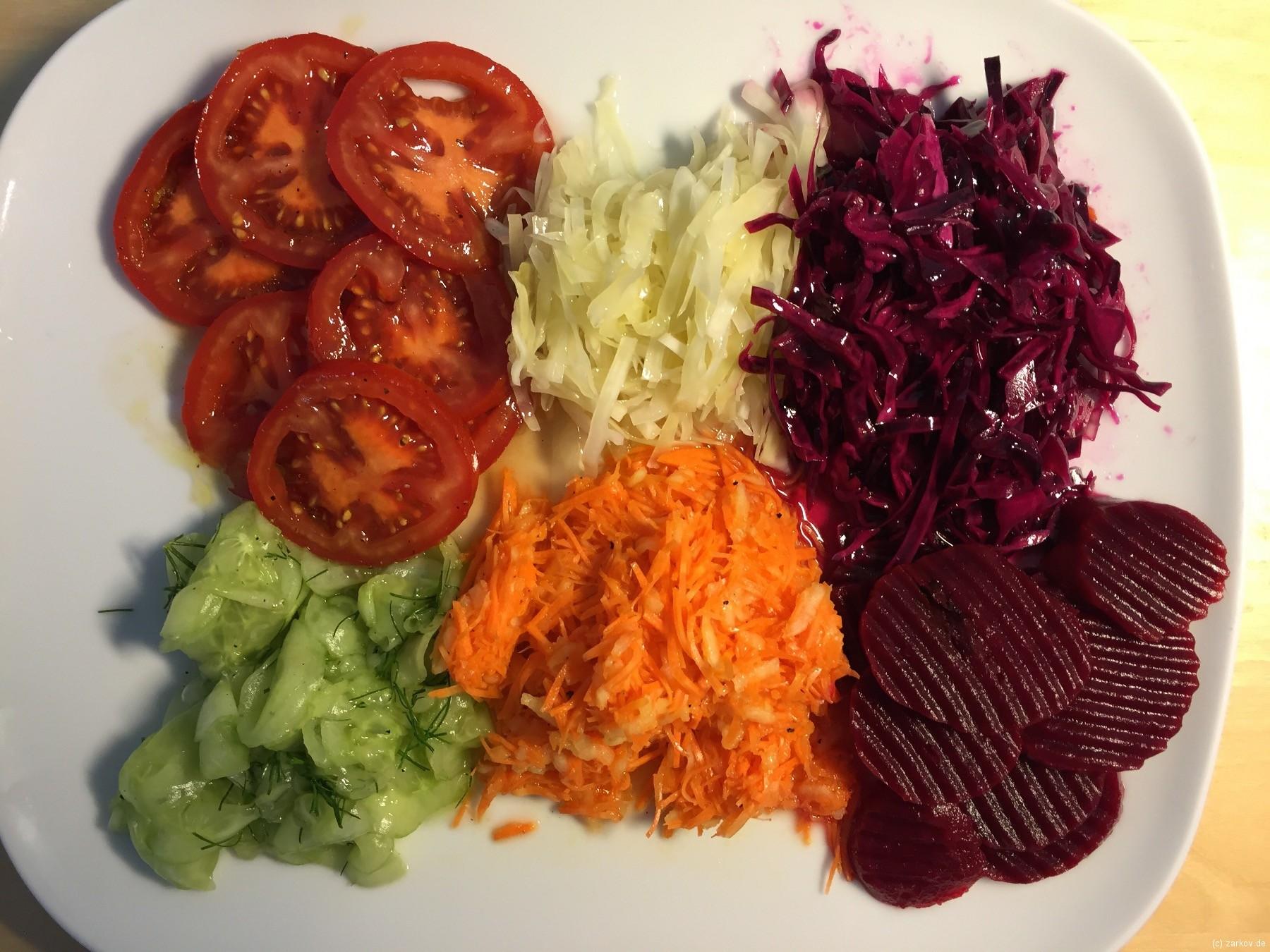 Salatteller Krautsalat Rotkrautsalat Möhrensalat Gurkensalat Tomatensalat