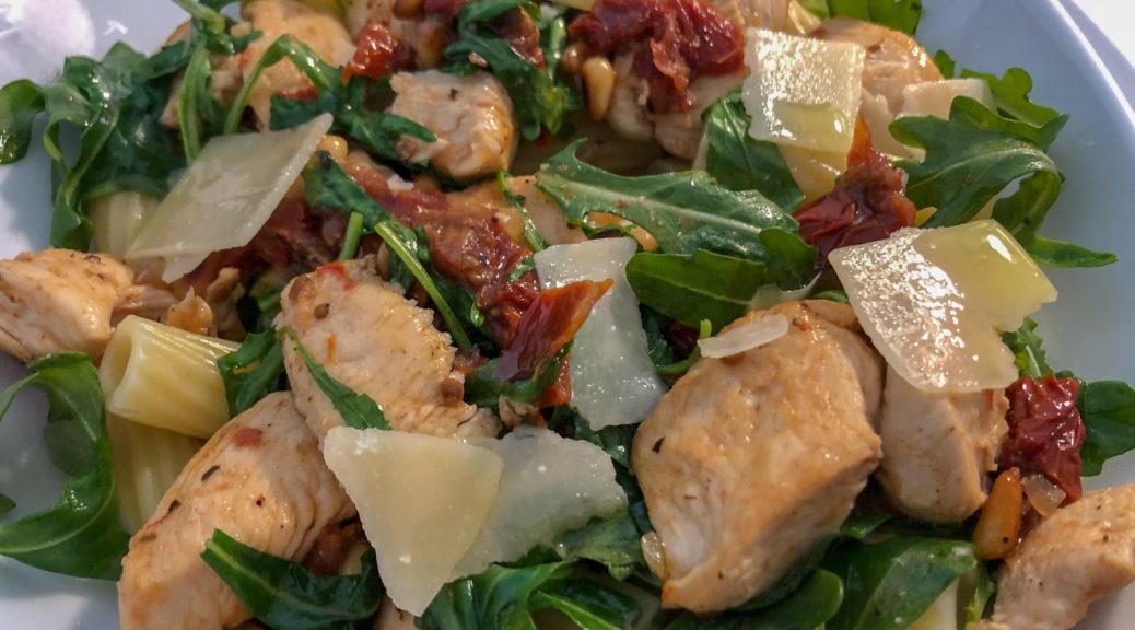 Tortiglioni mit Hähnchenbrust und Rucola